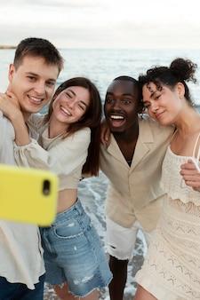 Gros plan amis prenant selfie