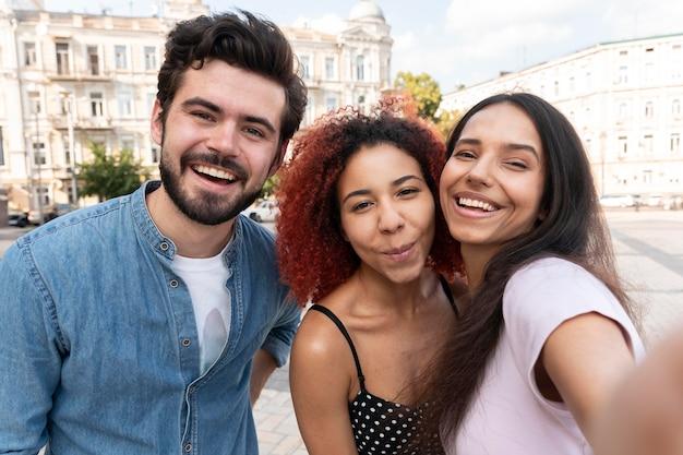 Gros plan d'amis prenant des selfies