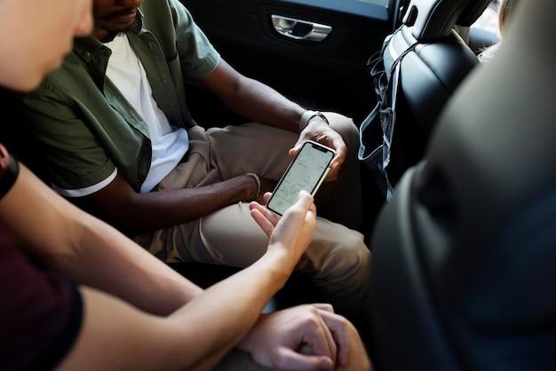 Gros plan amis tenant un smartphone
