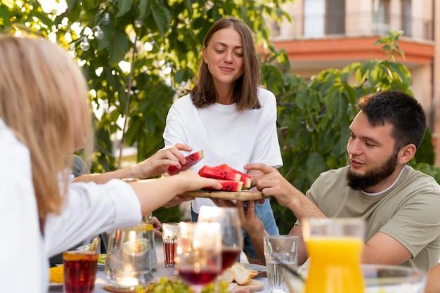 Gros plan sur des amis tenant des tranches de pastèque