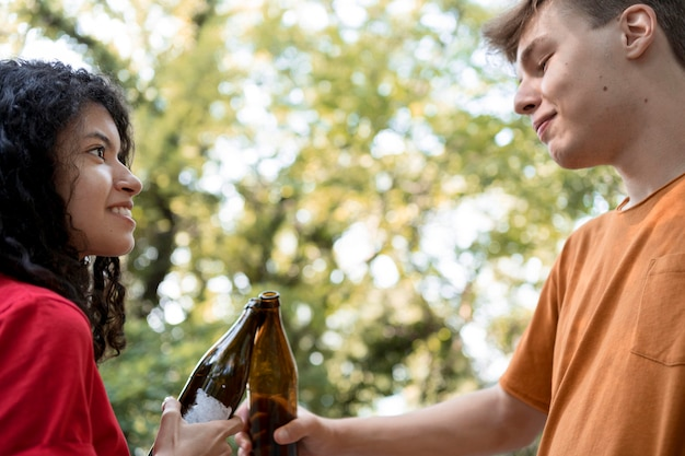 Gros plan, amis, tenue, bouteilles