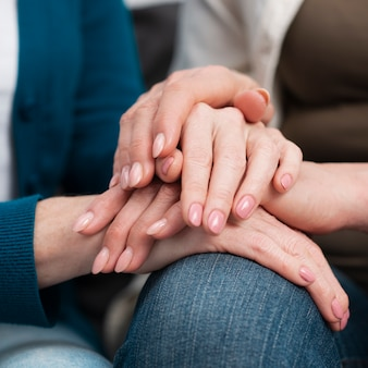Gros plan, amis, toucher mains