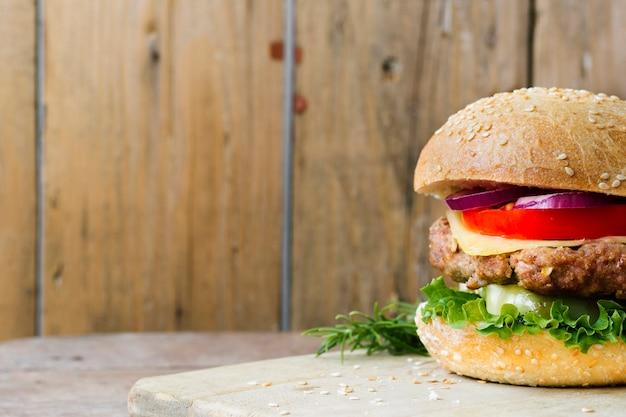 Gros plan angle de burger sur planche de bois
