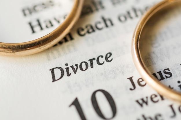 Gros plan des anneaux de mariage d'or