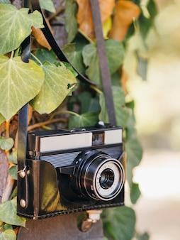 Gros plan d'un appareil photo rétro dans un sac en cuir