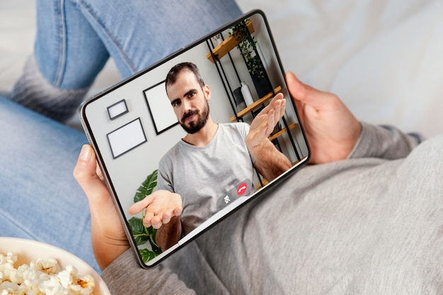 Gros plan appel vidéo ami sur tablette