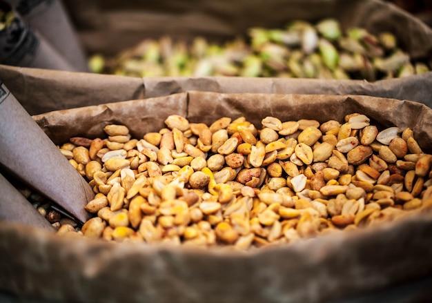 Gros plan d'arachide dans des sacs en papier.