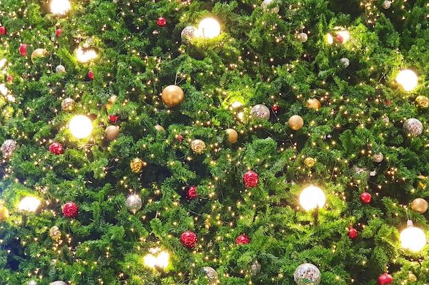 Gros plan d'un arbre de noël décoré