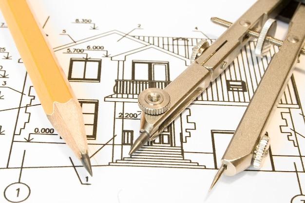 Gros plan d'un architecte avec des plans