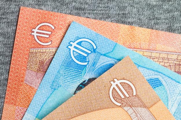 Gros plan de l'argent coloré de l'euro. fond d'argent euro.