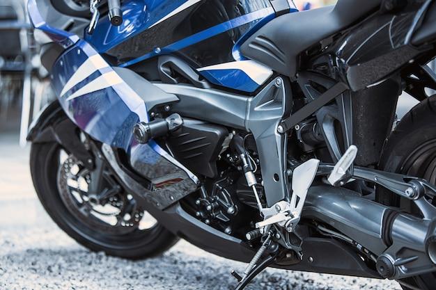 Gros plan des articles de luxe moto: phares, amortisseur, roue, aile, virage.