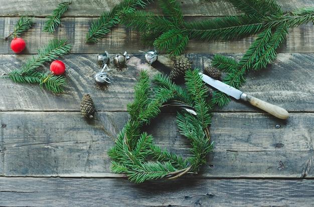 Gros plan sur les articles pour faire une couronne de pin naturel