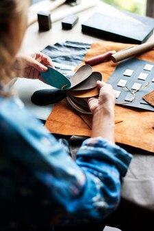 Gros plan d'artisan choisissant l'artisanat du cuir