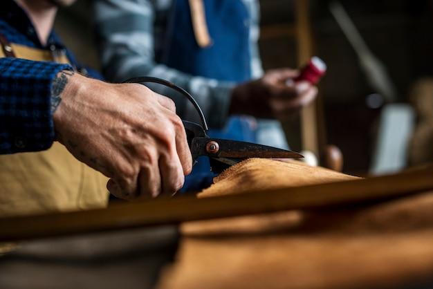 Gros plan, artisan, coupe, artisanat cuir