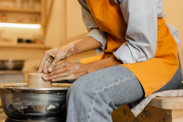 Gros plan artiste faisant de la poterie