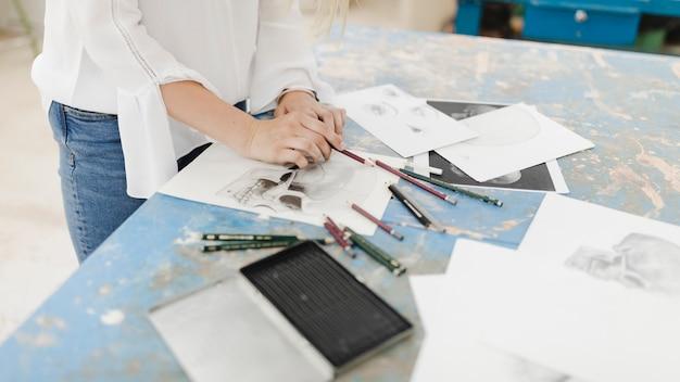 Gros plan, de, artiste féminine, dessin, à, crayon, sur, établi