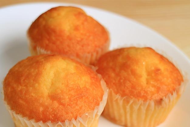 Gros plan d'une assiette de cupcakes madeleine alléchants avec mise au point sélective