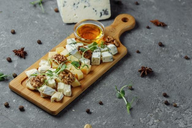 Gros plan d'une assiette de fromages.