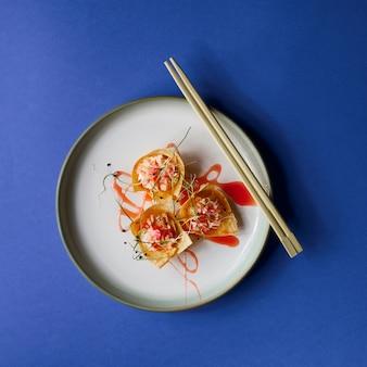 Gros plan d'une assiette de poisson pour le nouvel an chinois