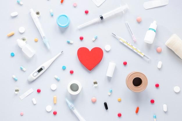 Gros plan assortiment de pilules avec thermomètre