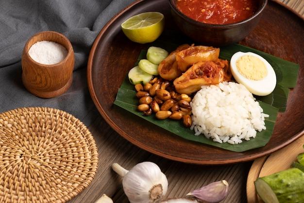 Gros plan sur l'assortiment de repas traditionnels nasi lemak