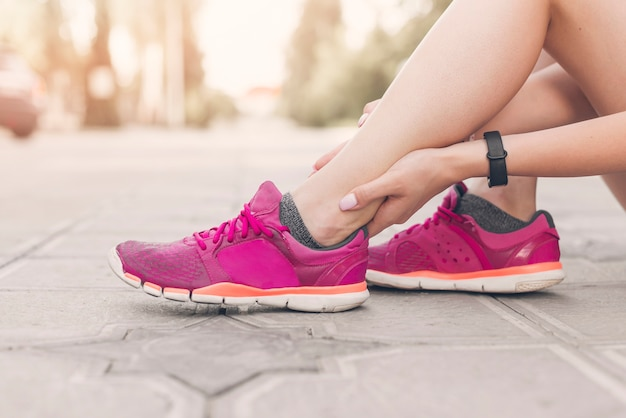Gros plan, de, athlète féminin, pied, avoir, douleur
