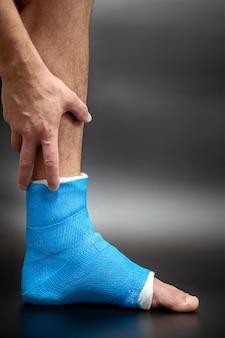 Gros plan de l'attelle bleue du pied pour le traitement des blessures par entorse de la cheville.