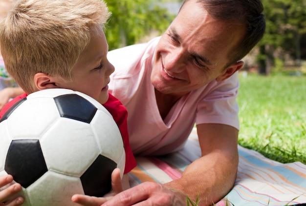 Gros plan, de, a, attentif, père, et, sien, fils, tenue, a, football, balle