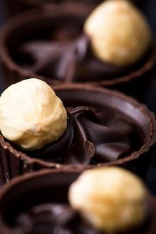 Gros plan au chocolat. diverses pralines au chocolat