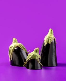 Gros plan d'aubergine biologique sur la table