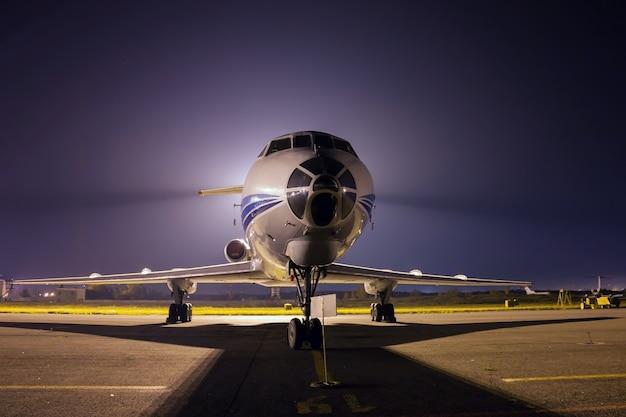 Gros plan avant d'avion la nuit
