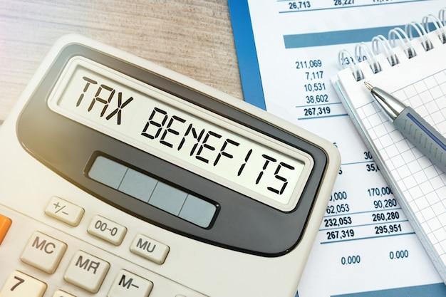 Gros plan sur les avantages fiscaux mot sur la calculatrice