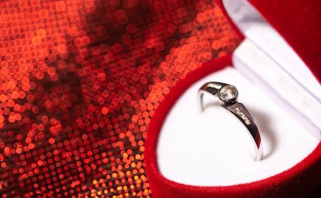 Gros plan d'une bague de fiançailles avec diamants, concept d'amour