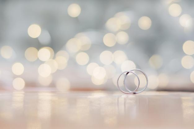 Gros plan de bagues de mariage avec une lumière brillante pour la saint-valentin ou fond de mariage