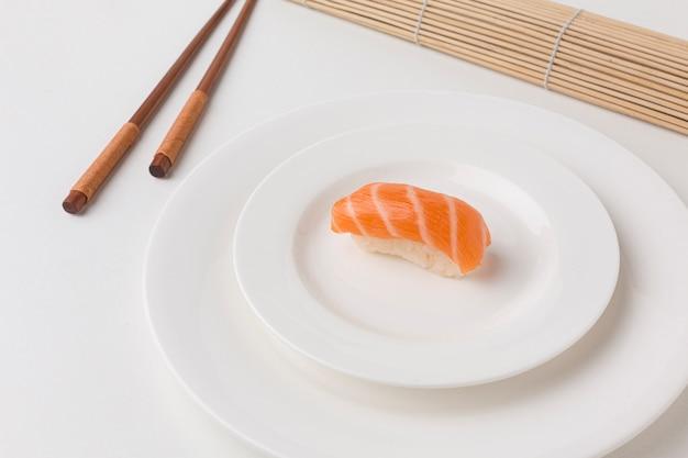 Gros plan des baguettes de sushi sur la table