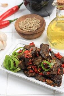 Gros plan balado paru, plats à base de poumons de boeuf cuits épicés avec piment rouge, cuisine indonésienne typique de minang?padang, sumatera occidental