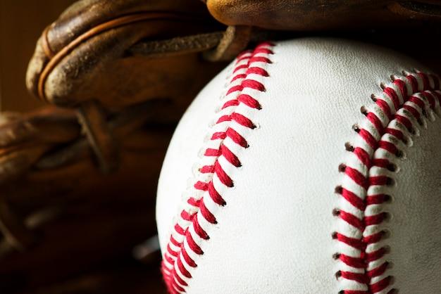 Gros plan d'une balle de baseball