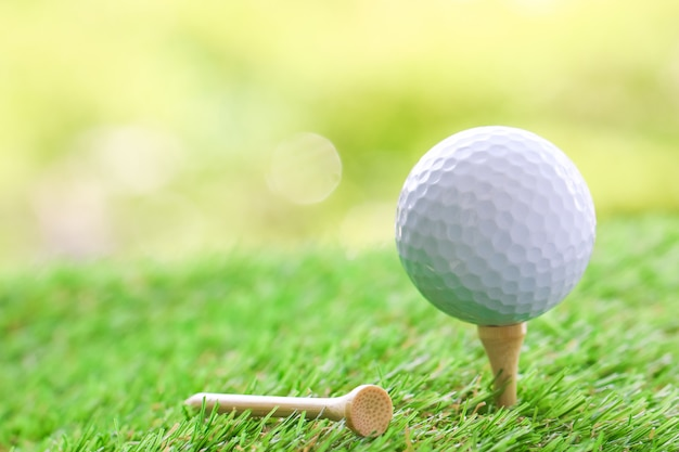 Gros plan, balle golf, tee