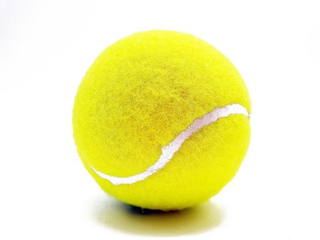 Gros plan d'une balle de tennis sur une surface blanche