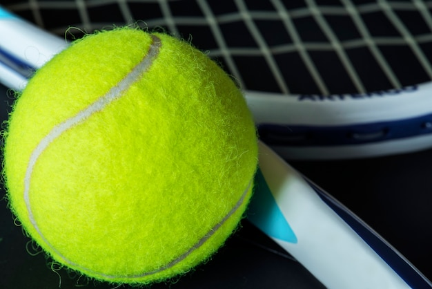 Gros plan d'une balle de tennis