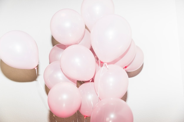 Gros plan de ballons roses isolés sur fond blanc