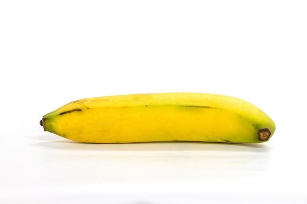 Gros plan d'une banane isolée sur fond blanc