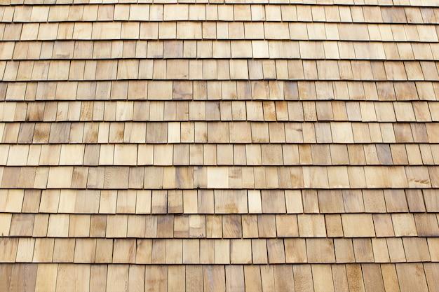 Gros plan de bardeaux de toit en bois brun. fond de bois.