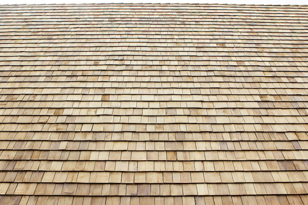 Gros plan des bardeaux de toit en bois brun. fond de bois.