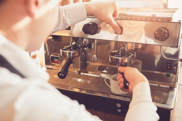 Gros plan d'un barista professionnel. homme faisant du café avec une machine à expresso