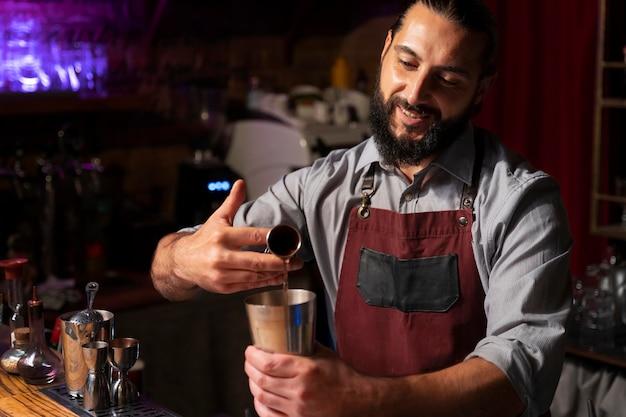 Gros plan sur barman et shaker