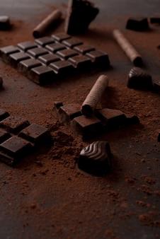 Gros plan d'une barre de chocolat s'est écrasé en morceaux