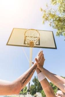 Gros plan, basket-ball, donner, haut, cinq