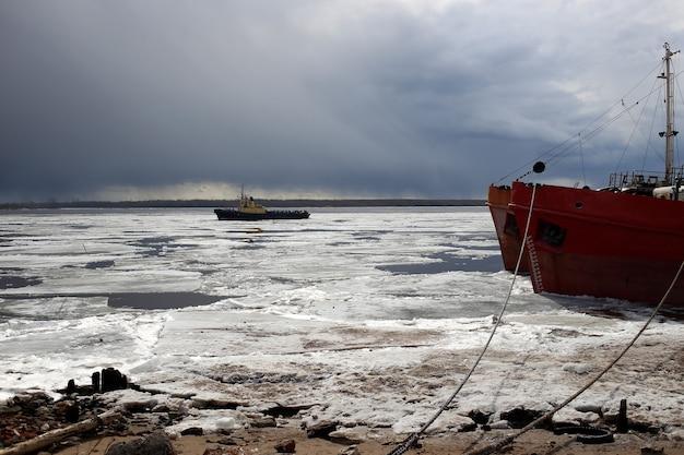 Gros plan sur un bateau à glace dérivante à arkhangelsk.