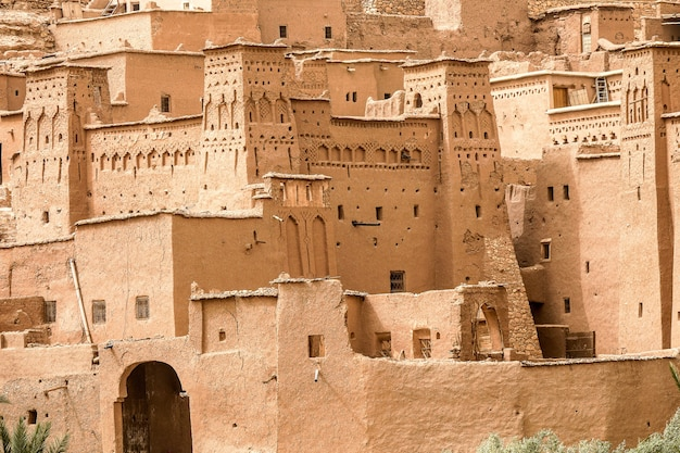 Gros plan de bâtiments en béton sous le soleil au maroc